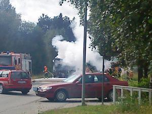 Det blev stopp i trafiken när räddningstjänsten jobbade frenetiskt med att släcka branden.
