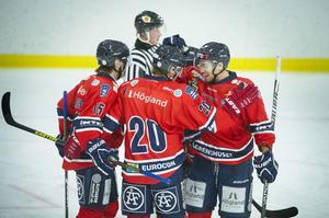 Nio gånger om fick hemmalaget anledning att jubla ute på isen. Här firas Nicklas Nordenbergs 3–0-mål av bland annat Lars Jansson (nr 15).