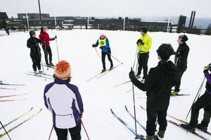 Mia Karlsson instruerar gruppen hur man tar sig fram i skidspåret.