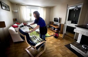 Tio timmar i veckan städar Anna-Bella Eklund hemma hos olika personer i Örebro, i lägenheter och villor. I början kunde det kännas lite obehagligt, som att hon störde i andra människors hem. Numera är hon van och tänker inte på var hon har sitt jobb.
