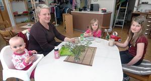 Maria Hellberg tar en fika på Agnetas Pryl & Café tillsammans med barnen Elsa, Klara och Kristin.