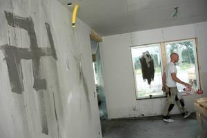 DUON DÖMD. De två tonårskillar som förstörde inredning i en villa på Falludden har dömts till villkorlig dom respektive skyddstillsyn.