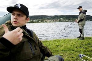 Mattias Eriksson i laget Jämtlandskroken sitter och vilar när lagkamraten Stig Albano fiskar. Endast två lagmedlemmar av tre får fiska samtidigt i tävlingen.