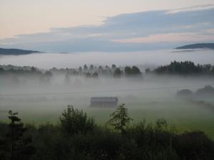 Efter regnet kom dimman och skapade en trolsk atmosfär vid foten av mytomspunna Hårgaberget i hjärtat av Hälsingland. Man kan ana älvornas dans i dimslöjorna.