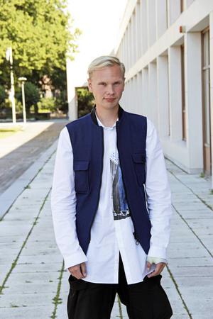 """""""Det är ganska snäva ramar inom herrmodet, desto större utmaning. Jag vill utveckla nya siluetter,  material och strukturer, säger modedesignern Per Hansson."""