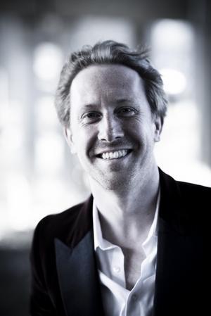 Simon Crawford-Philips är Västerås Sinfoniettas nye chefdirigent.