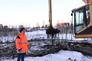 Här nära Vasaskolan skapar vi en vattenspegel. Långsticksmaskinen kan gräva 16 meter ut i tjärnen, berättar Marie Persson vid kommunen.