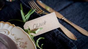 En kvist rosmarin fäst i placeringskortet är en vacker detalj.