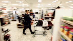 På Järnia är det bra fart på julhandeln, tycker Anette (bilden) och Anders Wahlund, som startade butiken i februari i år. För Järnia som helhet har julhandeln minskat med två procent jämfört med förra året.