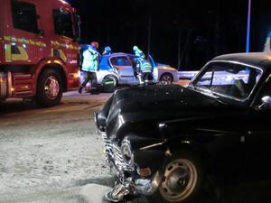 En av de som fördes till sjukhus färdades i den bär bilen. I bakgrunden ses den andra olycksbilen.