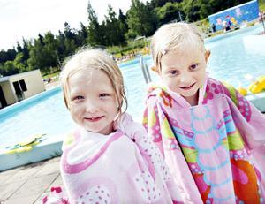 Alice Danielsson, 6 år och Hanna Höbenreich 5 år har gått i simskolan på Fjärran Höjder i tre veckor. – Jag gillar mest när vi gör bröstsim. Det är svårt att göra ryggsim, säger Alice.