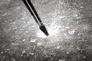 Att kolla isens tjocklek är a och o för säkerheten. Minst tio centimeter ska isen vara för att anses vara säker.