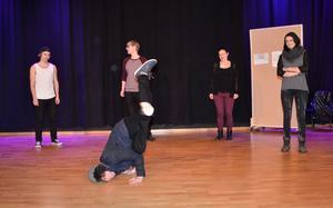 Snabbdans. Liam Langarap får glänsa när ett av ungdomsgängen presenterar sig.