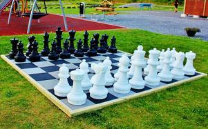 Hammerdal fick spel! Lagom till Schack 88:s 26-årsdag (8/8) och till ortens Joelmässa har Hammerdal fått ett tjusigt uteschackspel.    Foto: Bo Wik