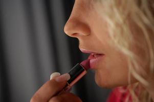 Fuktgivande läppstift kan även vårda dina läppar. Vi testar åtta märken på marknaden.