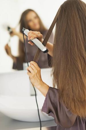 Ha alltid en värmeskyddande produkt i håret när du plattar det, på så sätt minskar du risken för onödigt slitage.    Foto: Shutterstock.com