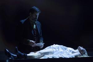Elin Rombo som Agnès och Jeremy Carpenter som The Protector i