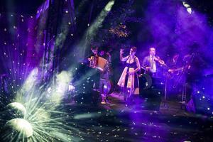 Ljussättningen av scenen Amfin, månskenet och de avslutande fyrverkerierna medverkade till det starka intrycket som Darya & Månskensorkestern lämnade på DD:s recensent.