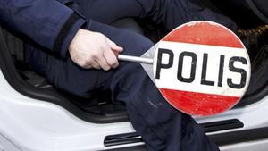 Ett trafikstopp brukar för den som har körkort, bil och nykterhet i ordning inte innebära mer än någon minuts mer eller mindre stor nervositet innan man får köra vidare.För den som visar upp ett falskt körkort väntar däremot en längre procedur som kan sluta i tingsrätten.