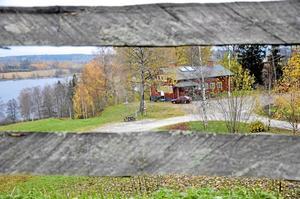 Fint läge. Huvudbyggnaden vid Kalmarslund ska bli privatbostad. Det är lindesbergarna Rickard Larsson och Ida Andersson som har köpt hela anläggningen. Bild: Ulrika Stoetzer