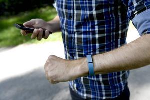 Alla armbanden i testet räknar dina steg, registrerar din sömn och berättar ungefär hur många kalorier du gör av med.