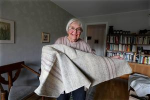 Den här duken har Elsa Haglund vävt av lin. Allt arbete i processen, ända från sått frö till färdig produkt är Elsas eget verk.   Det är en lång process innan linet är färdigt och man får en färdig tråd att väva av, säger Elsa Haglund.
