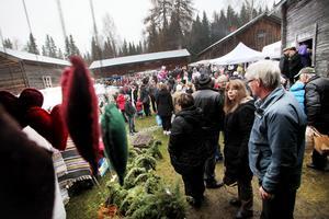 Ersk-Mats gården fylldes snabbt med besökare på årets första julmarknad.