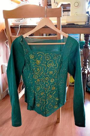 Från Shrek. Här är ett av de tjugo klädesplagg som Zarah Virtanen Windh har sytt. Plagget föreställer figuren Fionas dräkt.
