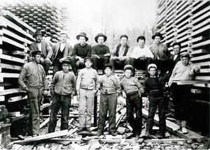 Den här bilden är från sågen i Stensmyran, någon kilometer utanför Bräcke. Det är nog den äldsta bilden på hemsidan, mannen längst bak till vänster är Barneys farfar Per Mattias Nilsson (Nils-Pelle) från 1905. Foto: Privat