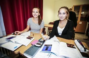 Lisa Salvin och Ebba Blixth, går gärna till skolan på kvällen till räknestugan för att plugga matte.