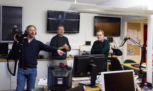 Tv-kanalen Al Jazeera gör en dokumentär om morförsöket på imamen i Strömsund. När de var på plats i Östersund besökte de Länstidningen för att intervjua ledarskribenten Tord Andersson om hans rapportering kring fallet. Här ser vi hur filmaren Richard Gillespie och journalisten Michael Andersen från Al Jazeera tillsammans med Tord Andersson granskar de artiklar som skrevs om fallet.