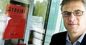 Foto: LASSE HALVARSSON Ersättning. Tomas Roslund, chef för Resekompaniet i Sandviken, anser att Parkbadet borde ersätta sina kunder på grund av strejken. - Om jag köper något av någon och sedan inte får vad jag betalat för, borde jag inte få ersättning för det då?