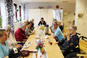 Kunderna på dagverksamheten Glädjens träffpunkt fick besök av Ebba Gavlén och Sara Böhm.