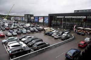 Norska Thongruppen äger och förvaltar 190 köpcentrum och 60 hotell i Norge och Sverige. I deras ägo finns bland annat Nordby shoppingcenter, en 80 000 kvadratmeter stor gränshandelsplats utanför Strömstad. De första butikerna etablerades i området i början på 80-talet, men det är sedan 2000-talet som området har växt enormt och riktar sig i mångt och mycket till norska kunder.