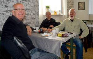 Christer Karlsson (till vänster) åker gärna från Ludvika till Gustafs för att få en stunds prat och skoj med bland andra Gunnar Östlund och Nils Mauritzson.