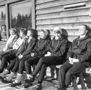 Flickorna solade sig mot väggen till Stormorshällstugan medan pojkarna vallar och åker skidor.