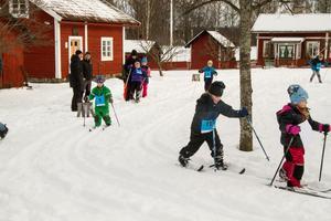 Barnens Vasalopp arrangerades för femte året vid Västanfors hembygdsgård. Många barn skidade på i spåren som gick runt tunet vid hembygdsgården. Förra veckan var det grönt på platsen men den snö som kommit den senaste tiden gjorde att det blev fina spår.