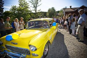 Bilarna tävlade med studenterna om att väcka uppseende. Gulare än den här en Cheva Bel Air från 1955 kan det knappast bli. Den rattades av Susanne Roos Arvidsson, Vallsta.