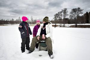 tvillingarna Dahlia och Alice Pettersson Norling, 5 år, fiskar tillsammans med mormor Janet Lindberg.