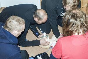 Deltagarna övar första hjälpen på en docka. Scenariot är att en man hittats livlös inne på en toalett.