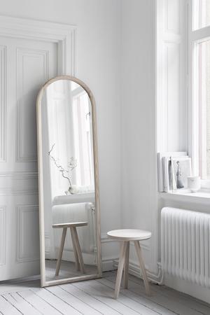 Sara Medina Lind driver det egna företaget Melo. Här är en spegel och en pall i ask ur hennes produktion.