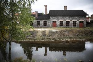 Om du har promenerat längs Faluån mellan den gamla kraftstationen och Kålgårn så har du kanske sett ett renoveringsprojekt på andra sidan vattnet. För två år sedan startade ett projekt för att renovera ugnar och fönster i den gamla silverhyttan längs Faluån, och nu är man halvvägs.
