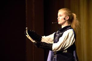 Emma Lindblom inledde pjäsen.