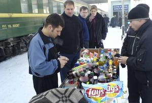 Färdkost inhandlas på passerande stationer.   Foto: Love Billingskog Nyberg