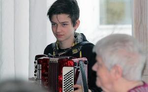 Isak Tilja är en av två unga spelmän som deltagit i nybörjarkursen.