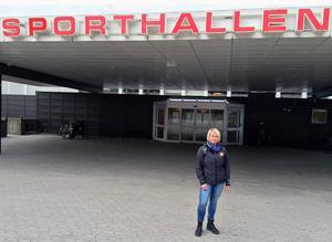 Tina Sjöström utanför Sporthallen Lugnet. Foto: Anders Norin/Arkiv