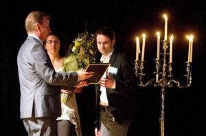 John Sjögren från Hemmakväll, till höger, mottog av Företagarnas ordförande Gösta Bergström utmärkelsen Årets nya företag. Foto: Daniel Patino Flor