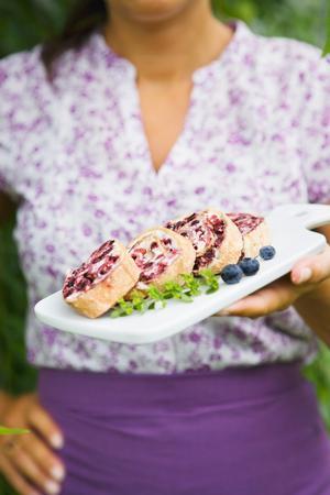 Frusen marängrulltårta med blåbär.