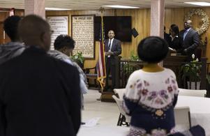 Prästen Edward Ducree talar vid en andakt i kyrkan Mother Emanuel i Charleston i South Carolina. Församlingen har inte har läkt efter den masskjutning som tog nio liv i juni i fjol, anser han.