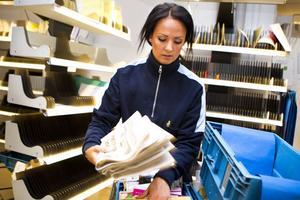– Så här lite post har jag nog aldrig haft i sommar, säger Linn Färnlund medan hon packar ner dagens brevskörd i systematisk ordning i lådorna.